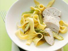 Pasta mit Spargel und Geflügel ist ein Rezept mit frischen Zutaten aus der Kategorie Hähnchen. Probieren Sie dieses und weitere Rezepte von EAT SMARTER!