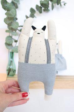 Joyeux doudou, personnage mi chat, ours, chien ou Totoro, animal onirique, cette peluche est fait à la main avec des tissus naturels, coton organique et rembourrer de fibres hypoallergénique.   Cette création est 100% originale, de la conception à la réalisation, 100% fait main en France dans mon atelier.   - bretelles grises foncés et pantalon gris clair - hauteur: environ 20 cm, largeur: environ 11 cm, poids: environ 40 g - extérieur: coton 100% naturel - intérieur: fibres polyesters…