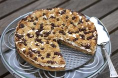A Guest Blogger with an All American Treat - S'mores Cookie Tart - thecafesucrefarine.com