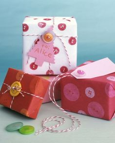 botones para decorar tus regalos, muy divertido! See the Button Gift Wrap in our Holiday Cards for $15 gallery