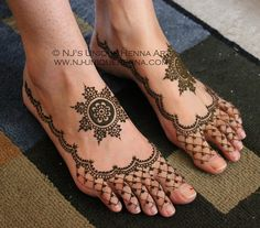 Legs are a very beautiful canvas for showcasing Mehndi. It is a tradition for the Indian bride to apply mehndi both on the hands and the legs. Mehndi Designs Feet, Cool Henna Designs, Mehandhi Designs, Bridal Mehndi Designs, Henna Tattoo Designs, Hand Designs, Leg Mehndi, Henna Mehndi, Mehendi