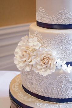 Chantilly lace wedding cake (but red & white)