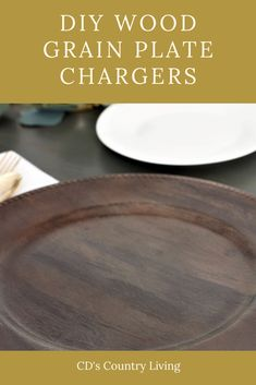 DIY Wood Grain Plate Charger - Dollar Store chargers turned into high end looking wood grain chargers . Charger Plate Crafts, Wood Plate Chargers, Spray Paint Crafts, Small Wood Projects, Painted Plates, Diy Wood, Dollar Stores, Wood Grain, Ideas