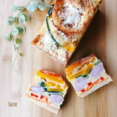 簡単で美味しいです♪  フランス菓子のガトー・インビジブル 見えないケーキという意味で果物や野菜などを積み重ねて美しい層が出来たケーキ  見えない。゚(゚´ω`゚)゚。 こちらは見え過ぎケーキですが 萌え断が楽しめます。 gâteau trop visible 正確にはこちらの呼び方かなぁ(笑) 今回はケークサレのようなお食事系を作ってみました。林檎のガトー・インビジブルはブログにてご覧下さいませ♡  野菜は火の通りにくいものは電子レンジか下茹でしたら食感よく食べれます。  もしくは薄くスライスしてください。  葉物は入れにくいので下茹でします。  水分はしっかりとってください。 水分の多い野菜は崩れ防止に上面にのせます。  パウンド型使用の場合は材料を倍量に 焼成は170度45〜50分くらいで焼き上がります。  お好みの材料で楽しく(*´ェ`*)  生地は混ぜ合わせるだけ簡単!美味しい!美しいケーキなので是非オススメします♪
