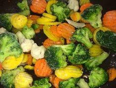 Gyors zöldséges csirke falatok bulgurral | Farkas Gyöngyi receptjeCookpad receptek Sprouts, Broccoli, Bacon, Food And Drink, Vegetables, Recipes, Foods, Bulgur, Food Food