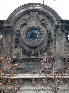 Remate edificio: Elementos decorativos en la parte superior de un edificio.