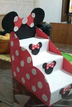 Creativo exhibidor de dulces o postres reutilizando cajas de leche - Dale Detalles Theme Mickey, Fiesta Mickey Mouse, Mickey Party, Mickey Mouse Clubhouse, Mickey Mouse Birthday, Mickey Minnie Mouse, Mouse Parties, Birthday Decorations, Buffet