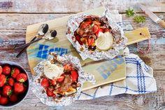 Uitpakken maar! Een zoete wafel met aardbeien, vanilleroomijs en gesmolten chocolade - Recept - Allerhande