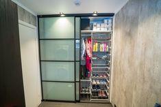 Garderobe på vaskerommet er genialt - spesielt med skyvedører som nesten ikke tar plass! Closet, Home Decor, Cloakroom Basin, Homemade Home Decor, Closets, Cabinet, Interior Design, Home Interiors, Decoration Home