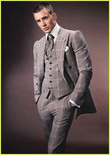 Chris Evans Models Tom Ford Suave in a suit. Fantastic Four star Chris Evans will model Tom Ford's new men's collection in GQ's September issue. Look for the full photo spread in… Sharp Dressed Man, Well Dressed Men, Mens Fashion Suits, Mens Suits, Men's Fashion, Luxury Fashion, Chris Pine, Tom Ford Suit, Capitan America Chris Evans