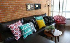 salas com sofá preto decoração almofadas