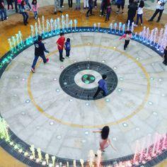 La fuente de Mundo E tiene sensores en el piso para interactuar con las personas que entran en ella...  http://www.iqr.mx/mundo-e/