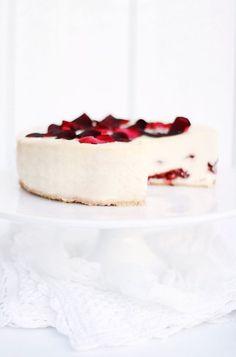 Rose and plum cheesecake (Sernik ze śliwkowo-różaną konfiturą) Sweet Desserts, Just Desserts, Sweet Recipes, Delicious Desserts, Yummy Food, Food Cakes, Cupcake Cakes, Cupcakes, Cheesecake Recipes