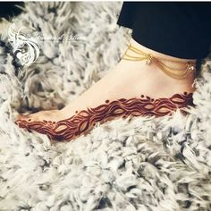 Beautiful anklet chain available in gold finish! Leg Henna Designs, Mehndi Designs Feet, Khafif Mehndi Design, Floral Henna Designs, Mehndi Designs For Girls, Stylish Mehndi Designs, Dulhan Mehndi Designs, Mehndi Design Pictures, Wedding Mehndi Designs