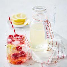 Rezept: Himbeer-Holunder-Brause.  Erfrischende Limonade aus Zitronensaft und Holunderblütensirup. Einfach mit eiskaltem Sprudelwasser, Himbeeren und Eiswürfeln aufgießen. Non Alcoholic Drinks, Cocktail Drinks, Fun Drinks, Yummy Drinks, Healthy Drinks, Yummy Food, Waffle Bar, Slushies, Brunch