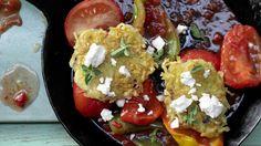 Selbstgemachte Kartoffelpuffer auf griechische Art: Kartoffel-Schafskäse-Puffer mit geschmortem Paprikagemüse | http://eatsmarter.de/rezepte/kartoffel-schafskaese-pfannkuchen