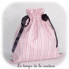 """SAC POCHON LINGERIE - Tons de rose, blanc et noir motif """"parisienne"""" - FAIT MAIN."""