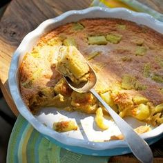 Lauwarmer Rhabarberauflauf - Genau das Richtige im Frühling, wenn Rhabarber Saison hat. Der lauwarme Auflauf schmeckt herrlich frisch und fruchtig.⎜Küchengötter