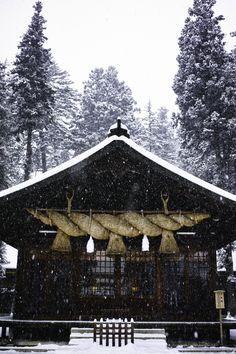 kagura-den + shimenawa, suwa taisha, nagano prefecture, japan | shinto shrine