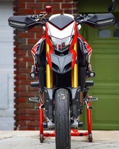 "Desmodromers on Instagram: ""@moto_hyper - •|🔥👽🔥 #anunaki #hypermotard821 #hypermotard939 #hypermotard939sp #hypermotard821sp #agv #dainese #motorcycle #motos…"" Ducati 821, Moto Ducati, Ducati Motorcycles, Honda Supermoto, Ducati Hypermotard, Motorcycle Outfit, Motorcycle Jacket, Sportbikes, Scrambler"