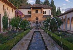 Crea un jardín mediterráneo: Añade una fuente de agua