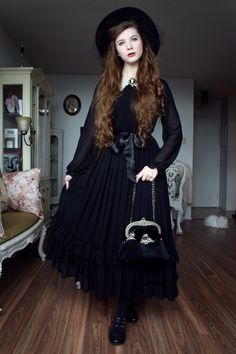 I went to see Mozart's Requiem at the Notre-Dame Basilica with my sister. Chiffon skirt: The Floral Notebook Blouse: Alice Moon (Boutique 1861) Bag: Moi-Même-Moitié Hat and cameo: Vintage Shoes: Hush...