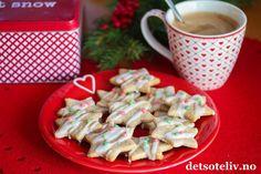 Sponset innlegg. Hei! Lyst til å prøve ut en ny kakeoppskrift til jul? Anisstjerner er dekorative julekaker som dufter herlig av malt stjerneanis! Oppskriften finner du også i juleheftet som jeg har laget i samarbeid med Karo Pharma som fører serien Apro tradisjoner, og som du kan få med deg gratis fra de fleste apotekene i Norge. I serien Apro tradisjoner finner du blant annet malt stjerneanis av veldig god kvalitet!