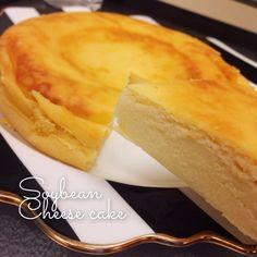 生クリーム・バター不使用!混ぜてスイッチを入れるだけで、しっとり上品でヘルシーな、お豆腐感ゼロの濃厚チーズケーキが完成。 【画像付きの詳しいレシピはこちら(クックパッド)】 http://cookpad.com/recipe/2777410 【簡単レシピはこちら】 ◼︎材料 (3合または5合炊き) クリームチーズ 200g 卵 2個 絹ごし豆腐 100g 小麦粉 30g 砂糖 60g レモン汁 大さじ2 バニラエッセンス 3〜4滴 ◼︎作り方 1 クリームチーズを、600Wで20秒ほど加熱し、柔らかくしておく。 2 ボールにクリームチーズを入れ、泡立て器でなめらかになるまで混ぜる。 3 2に、裏ごしした豆腐と残りの材料を全て入れ、ハンドミキサーでしっかり混ぜる。※ 4 ザルとゴムベラを使い、丁寧に裏ごししながら炊飯器に流し込む。 ★この一手間がなめらかに仕上がるコツです! 5 底をトントンたたき空気を抜いたら、炊飯スイッチをオン。一度で焼き足りないようであれば、もう一度スイッチを入れる。 6 焼き上がったら...