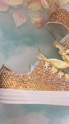 All Star Mono White Converse With Champagne Gold Diamonds With Gold Ribbon Laces Sparkle Converse, Sparkle Shoes, Bling Shoes, White Converse, Shoes Heels Boots, Zapatillas All Star, Mode Adidas, Wedding Sneakers, Champagne