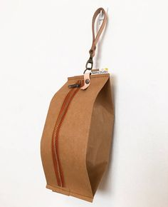 Snackpack : Kraft paper pouch bag/small bag/cosmetic - isabella home Sac Lunch, Leather Keychain, Leather Pouch, Leather Tooling, Leather Bags, Leather Accessories, Leather Jewelry, Pouch Bag, Cloth Bags