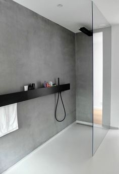 Badezimmer Armaturen in Schwarz – Stilvolle und moderne Badausstattung, WOHNKULTUR, minimalistisches design graue wand dusche trennwand glas badezimmer armaturen schwarz Modern Bathroom Design, Bathroom Interior Design, Minimalist Bathroom Design, Minimalist Showers, Contemporary Bathrooms, Bathroom Designs, Interior Paint, Bathroom Toilets, Small Bathroom