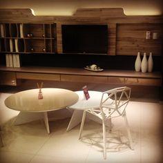 Sala de TV espetacular da Finger com móveis da Falkk: Cadeira One e Mesas de Centro Rolo e Nhack.
