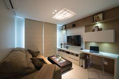 No espaço destinado à sala íntima, novamente o mobiliário sob medida permitiu melhor aproveitamento do local, utilizado tanto para assistir TV como para home office.: