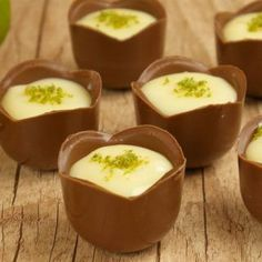 Chocolate com mousse de limão! Chocolate Candy Recipes, Chocolate Sweets, Chocolate Shop, Brownie Recipes, Mini Desserts, Small Desserts, Just Desserts, Chocolate Transfer Sheets, Party Food Buffet