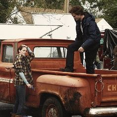 HQ BTS Picture of Rob and Kristen on the Twilight Set (x) Twilight 2008, Twilight Saga Series, Twilight Cast, Twilight Pictures, Twilight Movie, Twilight Videos, Twilight Poster, Robert Pattinson, Film Serie