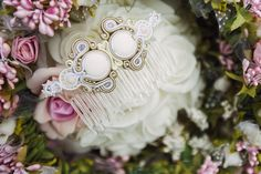 With a stylish dresser sitting, measuring time to this wonderful moment when you say so. Around the smell of fresh flowers in porcelain vases. You develop your curls gently falling on your arms and glances at this treasure, which Upni the hair, to ask chic in this most important day.  The wedding comb made in the soutache technique with white turquoise, crystals and beads Fire Polish TOHO.
