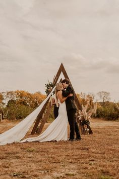 Fall Wedding Inspo | Rustic Country Wedding | Simple Outdoor Wedding | October Wedding | Autumn Wedding thoughtfullydesignedco.com