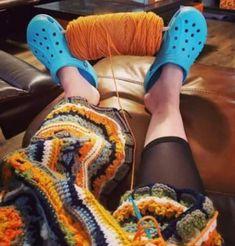 13 New Life Hacks From the Slyest People Online Kim Kardashian, 25 Life Hacks, I Love My Girlfriend, Crochet Crowd, Crochet Humor, I Love This Yarn, People Online, Crocs Shoes, Crochet Yarn