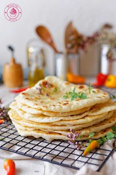 wypieki beaty chlebki naan indyjskie Homemade Naan Bread, Deserts, Dinner Recipes, Food And Drink, Lunch, Baking, Breakfast, Ethnic Recipes, Indie