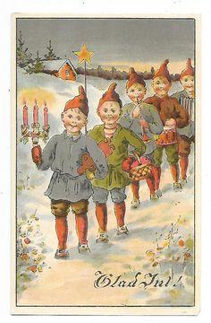 Annons på Tradera: Max Hänel OSIGNERAD Julkort nissar tomtar på rad Dat 1911 LITET NAGG i hörn