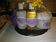 Hjemmelaget spapose med såpe, dusjsåpe, dusjolje og bodyscrub. Skrubblapper hjemmeheklet i spagarn.
