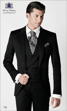 Traje de novio monocolor negro de Raso Satén Extra coordinado con chaleco cruzado.