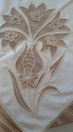 This Pin was discovered by Muh Hand Applique, Hand Embroidery Stitches, Embroidery Patterns, Romanian Lace, Bobbin Lace Patterns, Indian Embroidery, Point Lace, Pearl And Lace, Sewing Art