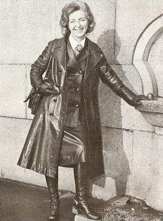 A very stylish fully Leather clad Helen Henley Long Leather Coat, Leather Gloves, Leather Skirt, Patent Trench Coats, Fetish Fashion, 70s Fashion, Sexy Boots, Raincoat Jacket, Rain Wear