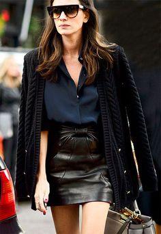 Street style look com saia couro + tricot alongado