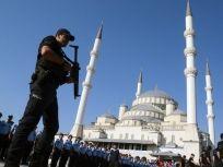 Turquie : les droits durement acquis ne peuvent pas être supprimés   Amnesty International France - Il y a des craintes légitimes pour les droits et libertés de la population en Turquie alors que les autorités continuent d'exercer une répression d'une ampleur exceptionnelle à la suite de la tentative de coup d'État du 15 juillet 2016.Dans le contexte actuel de peur et d'incertitude, le gouvernement ne doit pas, dans sa quête de justice, bafouer l - ©AFP/Getty Images