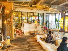 沖縄には実はたくさんのおしゃれなカフェがあるんです。今回紹介するカフェ「The Junglila Cafe and Restaurant」はとっても居心地の良い海に面したカフェ。なんと店内のカウンター席がブランコになっており、砂浜の上でブランコに揺れることができるんです。これから沖縄に行く方必見のスポットですよ。 Asian Cafe, Korean Cafe, Gym Design, Cafe Design, Cozy Coffee Shop, Japanese Aesthetic, Coworking Space, Cafe Interior, Okinawa