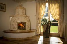 Stufa a Campana con fuoco a vista. Stufa in maiolica a legna (o elettrica) fatta a mano.  #stufecollizzolli #stufe #handmade #madeinitaly  #ceramica #stube #kachelofen #tirolesi #antiche #elettriche #calore #fuoco #camino #stove #kamin #fireplace #argilla #olle #ole #stoves #design #fuoco #chalet #baita #loft #arredo #arredamento #woodstove #calore #trentino #kamin #stufe #ceramic #legna #tirolese #decorata #fattoamano #maiolica #personalizzata #wood #refrattario #accumulo #artigianato…