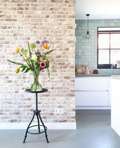 Binnenkijken bij marjoleinbouhuijzen How To Stay Healthy, Interior Styling, Glass Vase, Flooring, Inspireren, Stel, Instagram, Home Decor, Kitchen