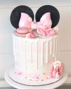 ▷ 1001 + ideas for the cutest Minnie Mouse cake for your little one white fondant, white frosting, pink macaroons, minnie mouse birthday cake, black ears Minnie Mouse Cake Decorations, Minnie Mouse Cupcake Cake, Torta Minnie Mouse, Minnie Mouse Birthday Theme, Mini Mouse Cake, Bolo Minnie, Mickey Cakes, Birthday Cake Girls, Minnie Mouse Cookies